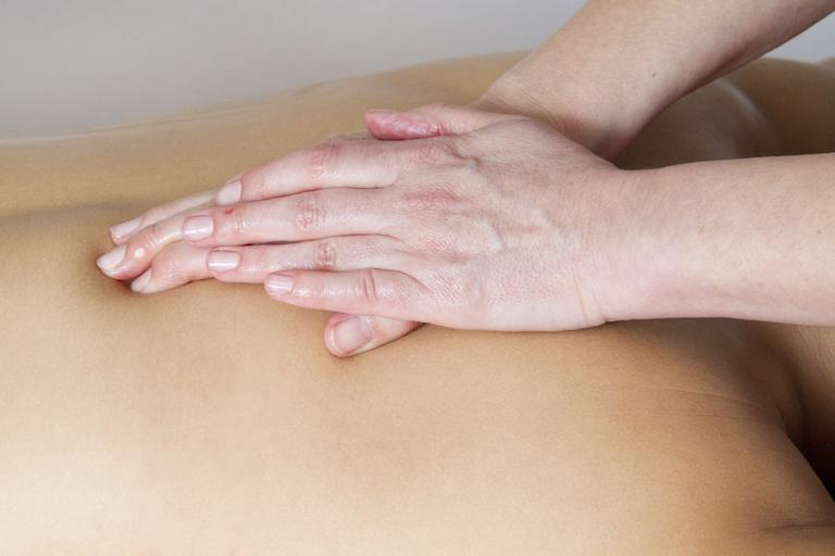 Masáž chrbta rukami