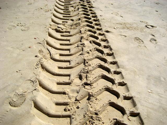 Odtlačok terénnych pneumatík v piesku.jpg