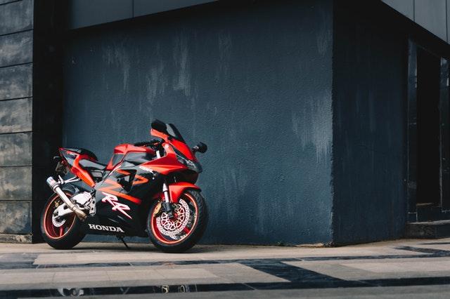 červeno-čierna motorka